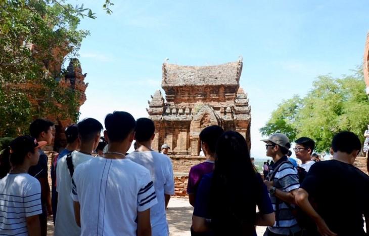 Молодые эмигранты посетили объекты культурного наследия народности Тям в провинции Ниньтхуан - ảnh 1