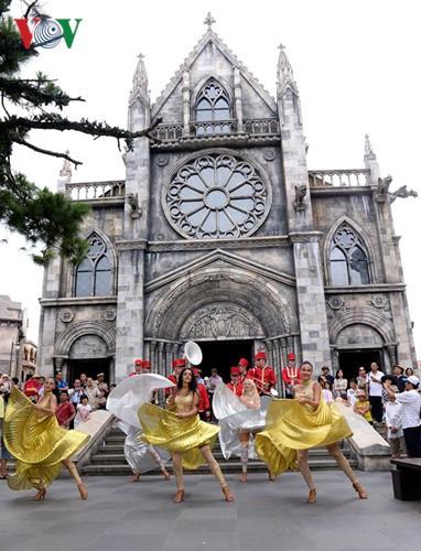 Đông vui và rực rỡ sắc màu như lễ hội đường phố ở Bà Nà Hills - ảnh 11