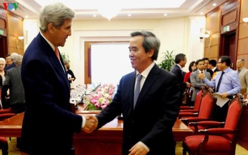Trưởng ban Kinh tế Trung ương Nguyễn Văn Bình tiếp Nguyên Ngoại trưởng Hoa Kỳ John Kerry - ảnh 1