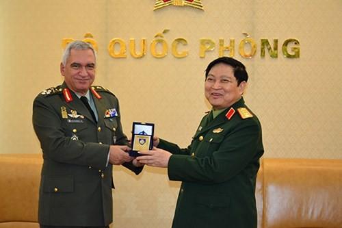 Bộ trưởng Bộ Quốc phòng Ngô Xuân Lịch tiếp Chủ tịch Ủy ban Quân sự Liên minh châu Âu - ảnh 1