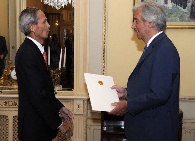 Đại sứ Đặng Xuân Dũng trình Quốc thư tại Uruguay - ảnh 1