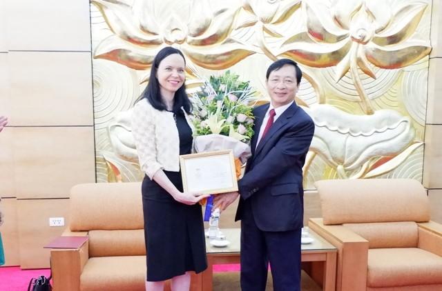 """Trao Kỷ niệm chương """"Vì hòa bình hữu nghị giữa các dân tộc"""" tặng Đại sứ Ba Lan tại Việt Nam  - ảnh 1"""