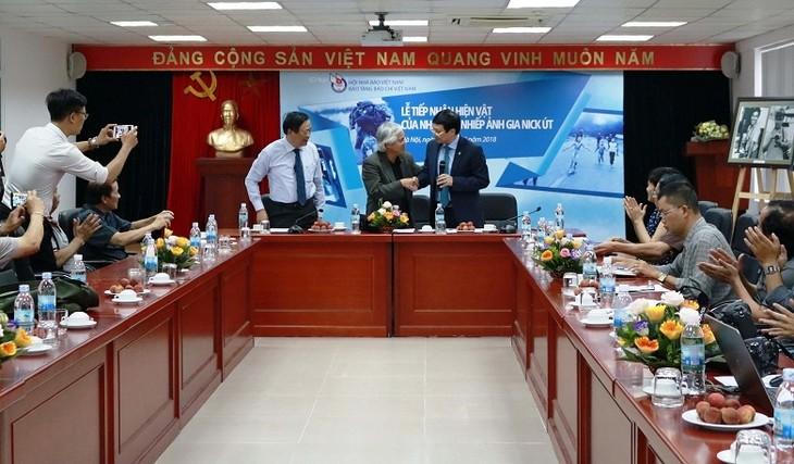 Nhà báo, nhiếp ảnh gia Nick Út  tặng hiện vật cho Bảo tàng Báo chí Việt Nam  - ảnh 1