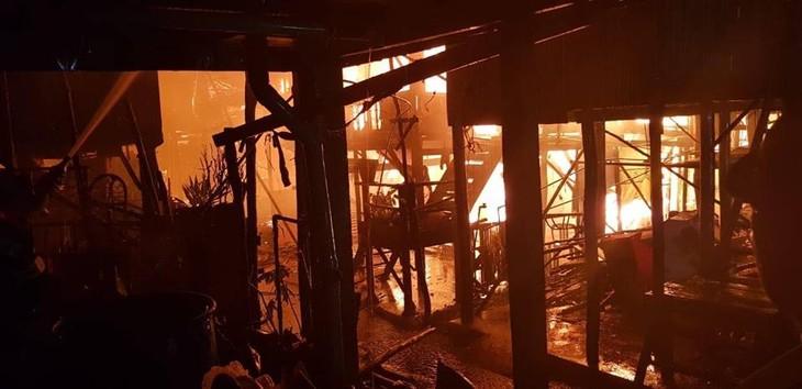 Cháy lớn gây thiệt hại nặng nề tại quận Russey Keo, Phnom Penh, Campuchia - ảnh 1