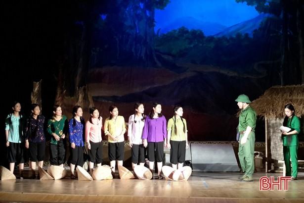 """Kỷ niệm 50 năm Chiến thắng Ngã ba Đồng Lộc: Lắng đọng đêm công diễn vở kịch """"Khoảng trời con gái"""" - ảnh 1"""