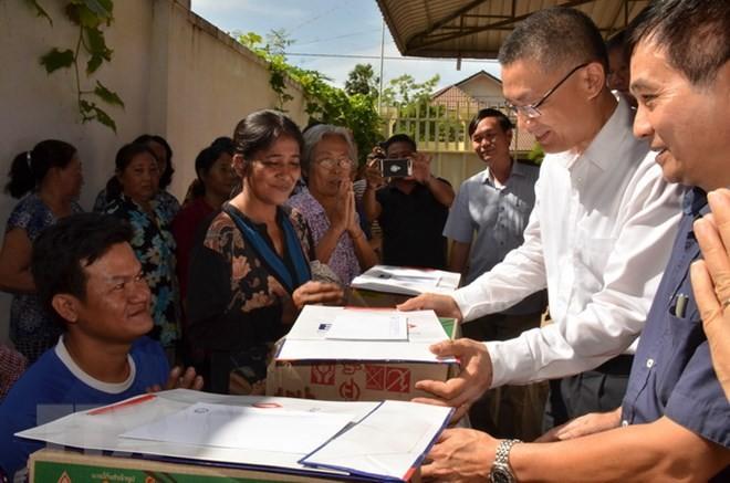 Cứu trợ đồng bào Việt kiều và người dân nghèo Campuchia bị ảnh hưởng do lũ lụt - ảnh 1