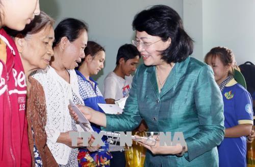 Phó Chủ tịch nước Đặng Thị Ngọc Thịnh thăm các gia đình chính sách, hộ nghèo tại Vĩnh Long - ảnh 1