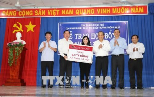 Phó Thủ tướng Trương Hòa Bình tặng quà cho người dân tỉnh Tây Ninh - ảnh 1
