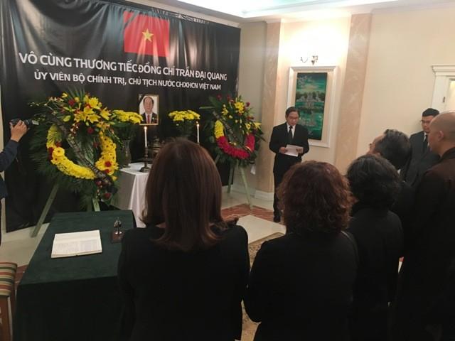 Tổng lãnh sự quán Việt Nam tại Thượng Hải và Đại sứ quán Việt Nam tại Ba Lan tổ chức lễ viếng Chủ tịch nước Trần Đại Quang - ảnh 2
