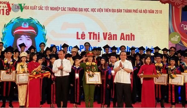 Tuyên dương Thủ khoa xuất sắc tốt nghiệp các trường Đại học, Học viện trên địa bàn thành phố Hà Nội - ảnh 1