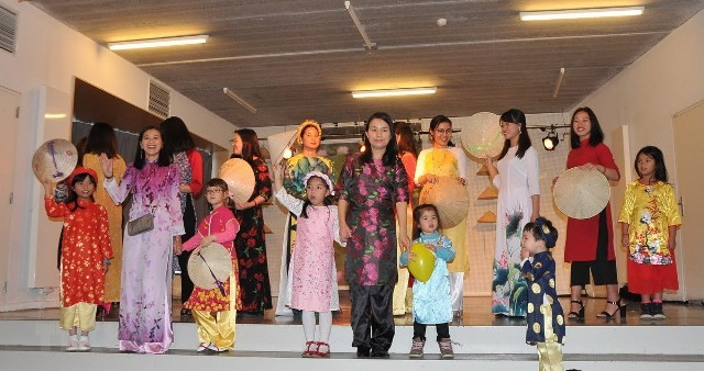 Trình diễn áo dài Ngày hội gia đình Việt Nam tại Bỉ - ảnh 1