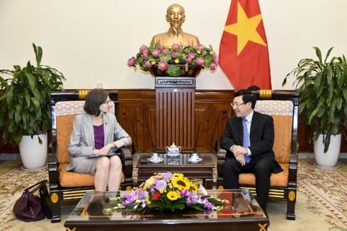 Phó Thủ tướng, Bộ trưởng Bộ Ngoại giao Phạm Bình Minh tiếp Đại sứ Canada Deborah Paul - ảnh 1