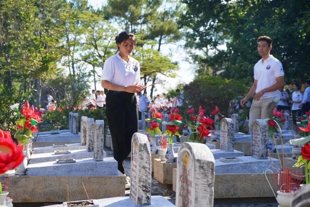Thanh niên kiều bào dâng hương tưởng niệm các anh hùng liệt sĩ tại Nghĩa trang Liệt sĩ quốc gia Trường Sơn - ảnh 11
