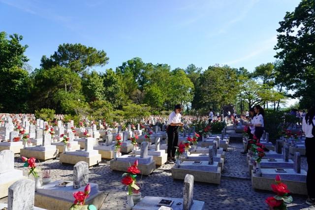 Thanh niên kiều bào dâng hương tưởng niệm các anh hùng liệt sĩ tại Nghĩa trang Liệt sĩ quốc gia Trường Sơn - ảnh 13