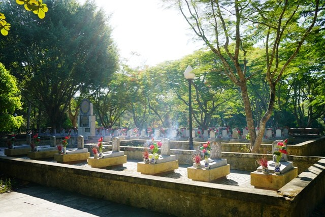 Thanh niên kiều bào dâng hương tưởng niệm các anh hùng liệt sĩ tại Nghĩa trang Liệt sĩ quốc gia Trường Sơn - ảnh 12
