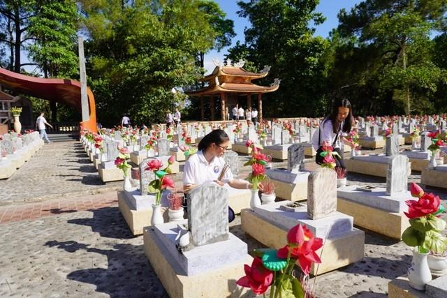 Thanh niên kiều bào dâng hương tưởng niệm các anh hùng liệt sĩ tại Nghĩa trang Liệt sĩ quốc gia Trường Sơn - ảnh 10