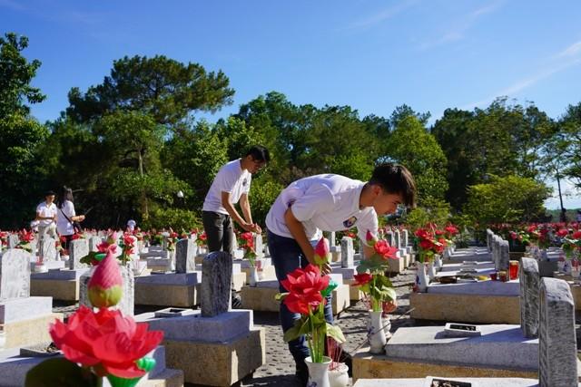 Thanh niên kiều bào dâng hương tưởng niệm các anh hùng liệt sĩ tại Nghĩa trang Liệt sĩ quốc gia Trường Sơn - ảnh 15