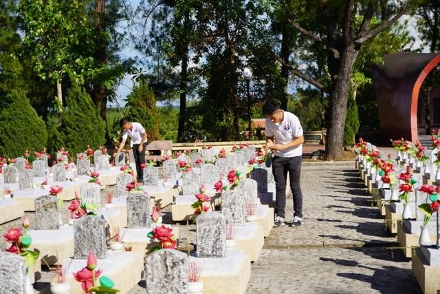 Thanh niên kiều bào dâng hương tưởng niệm các anh hùng liệt sĩ tại Nghĩa trang Liệt sĩ quốc gia Trường Sơn - ảnh 16