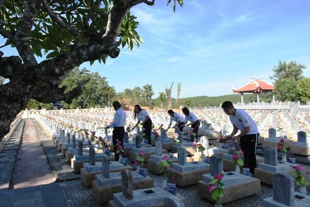 Thanh niên kiều bào dâng hương tưởng niệm các anh hùng liệt sĩ tại Nghĩa trang Liệt sĩ quốc gia Trường Sơn - ảnh 17