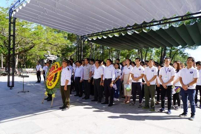 Thanh niên kiều bào dâng hương tưởng niệm các anh hùng liệt sĩ tại Nghĩa trang Liệt sĩ quốc gia Trường Sơn - ảnh 1