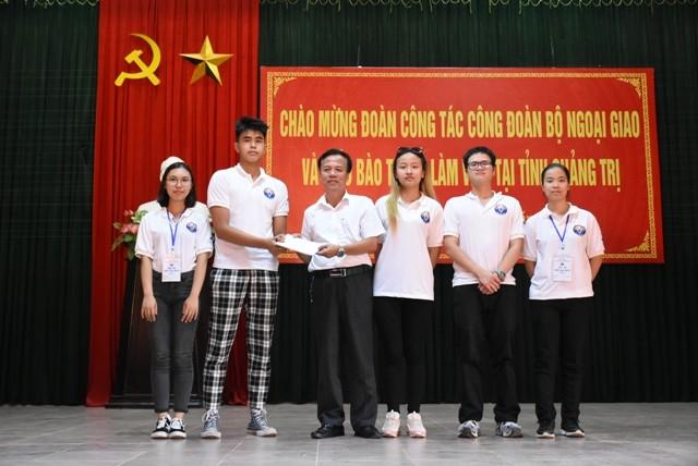 Thanh niên kiều bào dâng hương tưởng niệm các anh hùng liệt sĩ tại Nghĩa trang Liệt sĩ quốc gia Trường Sơn - ảnh 19