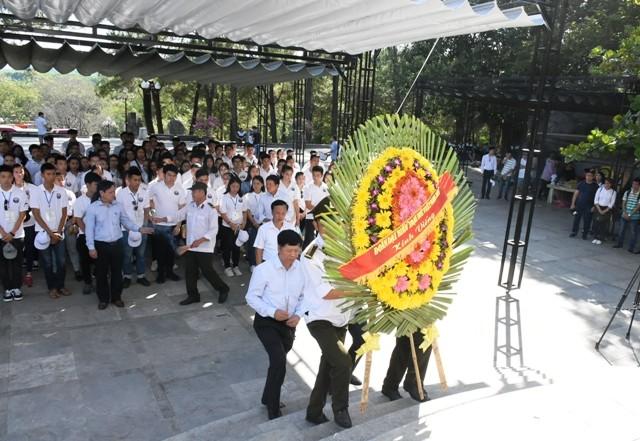 Thanh niên kiều bào dâng hương tưởng niệm các anh hùng liệt sĩ tại Nghĩa trang Liệt sĩ quốc gia Trường Sơn - ảnh 3