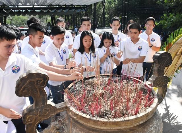 Thanh niên kiều bào dâng hương tưởng niệm các anh hùng liệt sĩ tại Nghĩa trang Liệt sĩ quốc gia Trường Sơn - ảnh 4