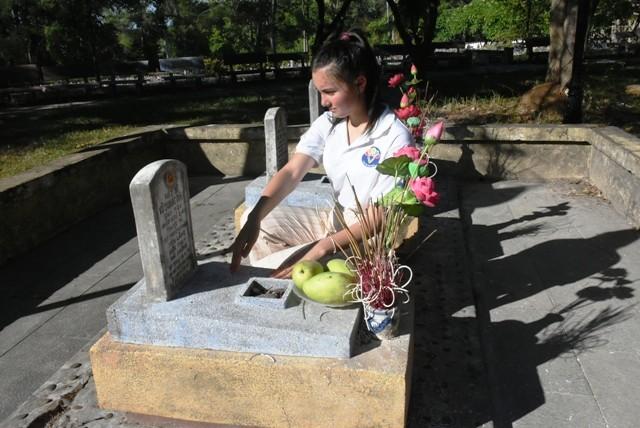 Thanh niên kiều bào dâng hương tưởng niệm các anh hùng liệt sĩ tại Nghĩa trang Liệt sĩ quốc gia Trường Sơn - ảnh 9