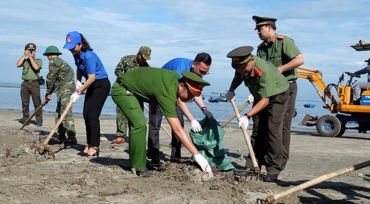 """Tuổi trẻ Quảng Nam làm sạch biển, nói """"không"""" với rác thải nhựa - ảnh 1"""