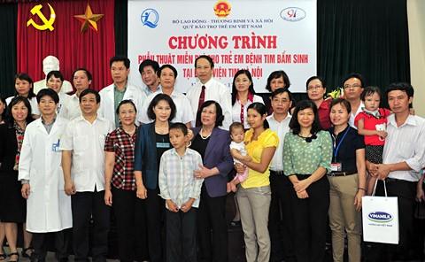 Wakil Ketua MN Nguyen Thi Kim Ngan mengunjungi rumah sakit  lever Hanoi - ảnh 1