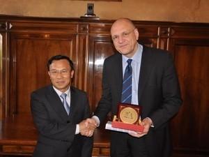 Vietnam dan Italia berbagi pengalaman tentang manajemen dan peseronisasi badan usaha - ảnh 1