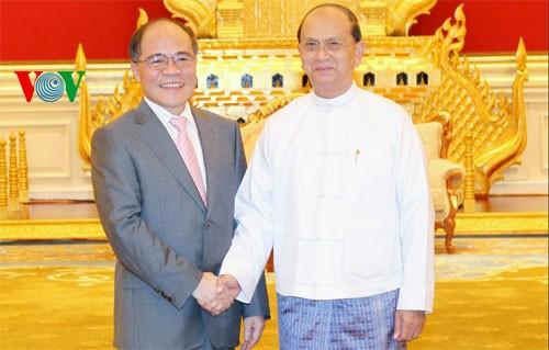 Ketua MN Nguyen Sinh Hung membaca pidato di depan Parlemen Myanmar - ảnh 1