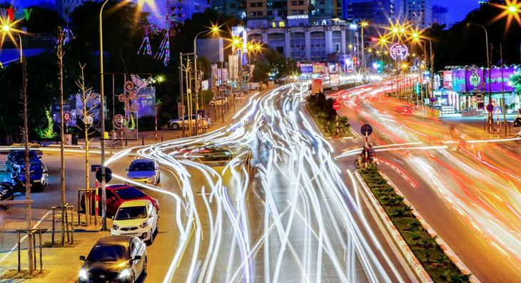 Kota Hanoi merayakan Tahun Baru 2016 dalam suasana meriah - ảnh 9