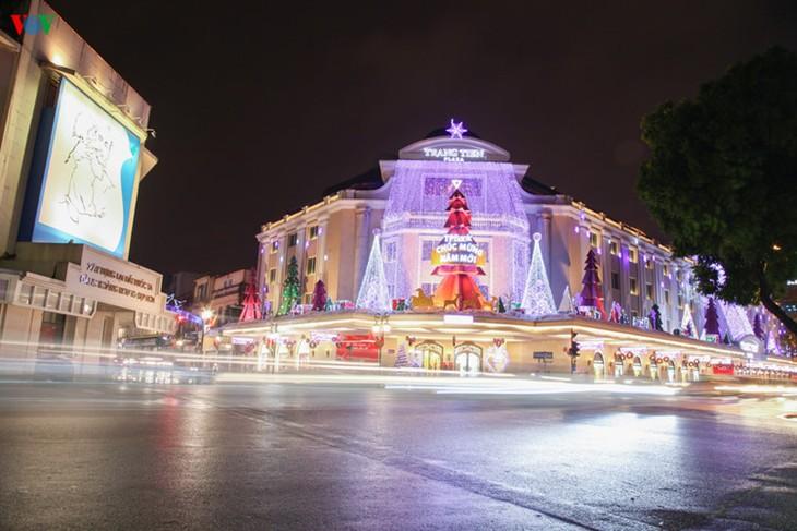 Kota Hanoi merayakan Tahun Baru 2016 dalam suasana meriah - ảnh 5