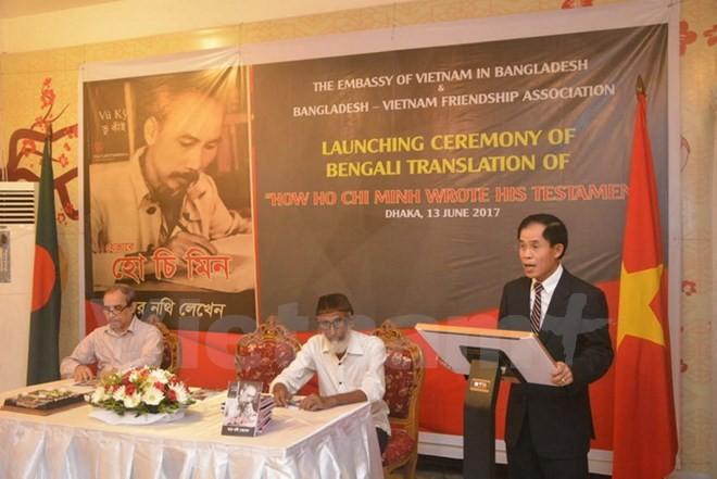 """Peluncuran buku """"Paman Ho menulis testamen"""" dengan bahasa Bengali di Bangladesh - ảnh 1"""