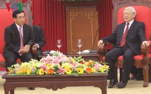 Sekjen KS PKV, Nguyen Phu Trong  menerima Delegasi Tingkat Tinggi Partai dan Negara Laos - ảnh 1