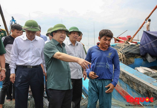 Deputi PM Pemerintah Trinh Dinh Dung memberikan bimbingan pekerjaan menghadapi taufan Doksuri - ảnh 1