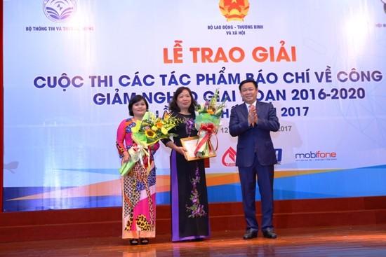 Acara penyampaian penghargaan dan pencanangan Kompetisi pers menulis tentang  pengentasan kemiskinan tahun 2018 - ảnh 1