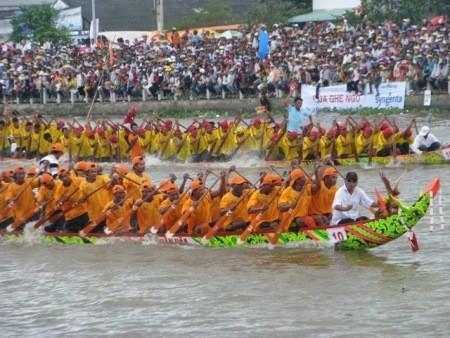 Pesta Oc Om Boc- Lomba jukung Ngo, ciri-ciri budaya  khas dari warga etnis Khmer di  daerah Nam Bo - ảnh 1