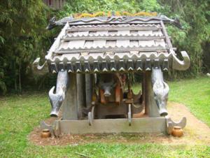 Seni membuat rumah makam dari warga etnis minoritas Co Tu - ảnh 1