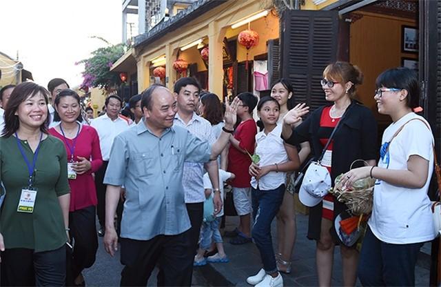PM Vietnam, Nguyen Xuan Phuc membimbing pekerjaan bencana alam di  Kota Hoi An, Propinsi Quang Nam - ảnh 1