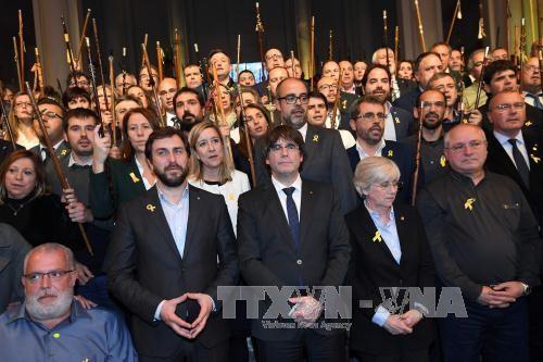 Spanyol : Partai dari mantan Gubernur Katalonia membatalkan upaya sefihak menyatakan kemerdekaan - ảnh 1