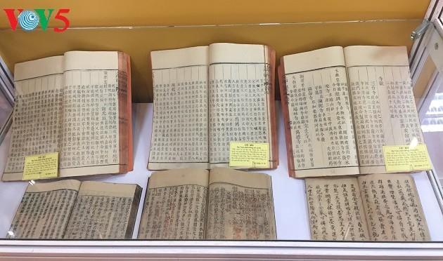 "Pameran buku dan dokumen: ""Satu abad berjalan seperjalanan dengan bangsa"" - ảnh 1"