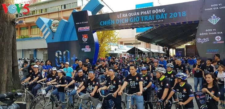 Kota Ho Chi Minh : Lebih dari 2 ribu orang yang berangkat mencanangkan kampanye Jam Bumi - ảnh 1