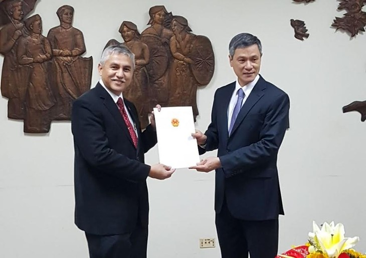 Memberikan surat pengakuan kepada Konsul Jenderal Indonesia baru di Kota Ho Chi Minh - ảnh 1