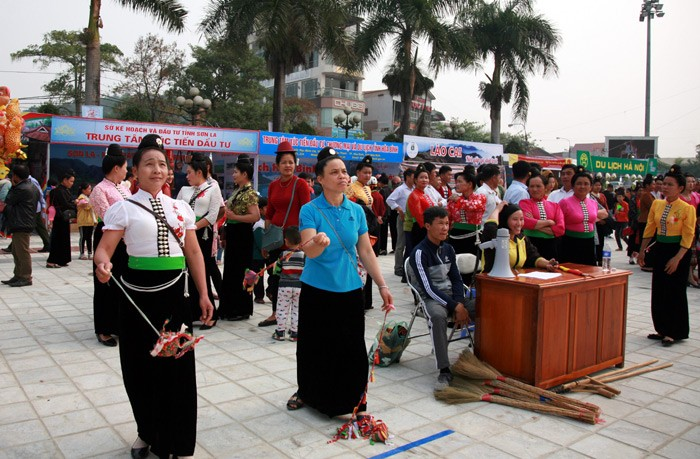 Aktivitas-aktivitas dalam Festival Bunga Ban Propinsi Dien Bien yang bergelora - ảnh 1