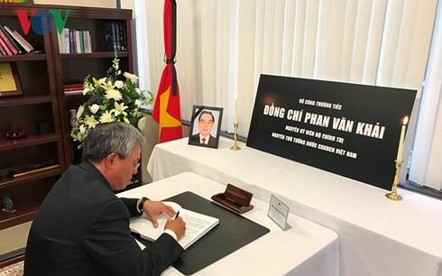 Sahabat internasional dan komunitas orang Vietnam di luar negeri berziarah kepada Mantan PM Phan Van Khai - ảnh 1