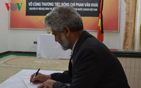 Sahabat internasional dan komunitas orang Vietnam di luar negeri berziarah kepada Mantan PM Phan Van Khai - ảnh 2