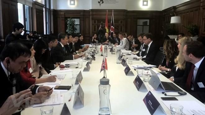 Vietnam-Inggris berkomitmen akan mendorong pertukaran perdagangan bilateral - ảnh 1