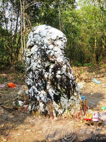 Kakek tua batu putih- Bungkahan batu keramat dari warga etnis minoritas Ha Nhi di daerah perbatasan - ảnh 1